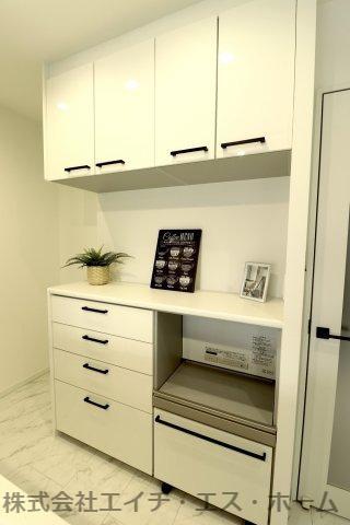 キッチン背面には専用のカップボード(食器棚)を設置済み。専用の炊飯器・ケトルスペースやダストスペースなど、生活に配慮した設計になっています。