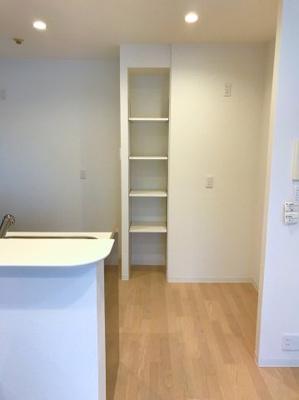 キッチン裏にはパントリーとして活用できる可動棚の収納があります♪