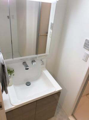 三面鏡、シャワー水栓付きの洗面台です♪