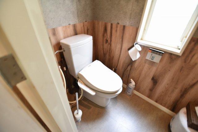 明るく開放的なトイレですね♪ 洗浄機能付きでお掃除が簡単です。