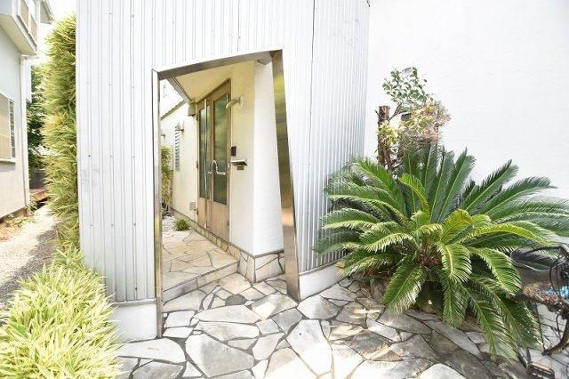南国イメージの玄関前で、お客様を暖かくお迎え致します。