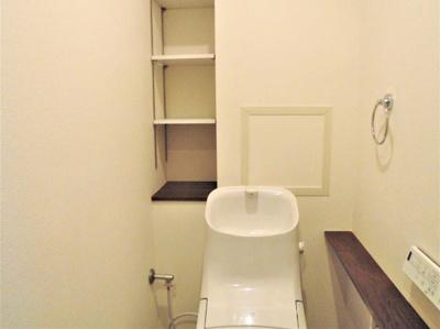 温水洗浄便座一体型トイレ新調いたしました。 便利な棚の有るトイレ