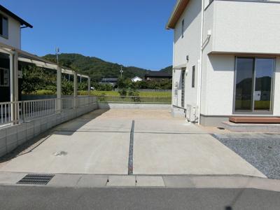 駐車スペースは6台以上ございます。