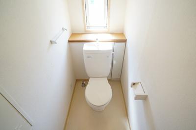 トイレには窓があるので換気もバッチリできちゃいます♪イヤなニオイがこもらないのが嬉しいですよね!
