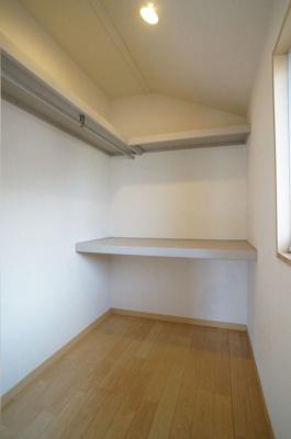 7.5帖洋室にあるWIC!たっぷり収納できるので室内すっきり片付きます!