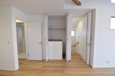 散らかりがちな共有スペースもすっきりと整頓できるように収納を設けています。