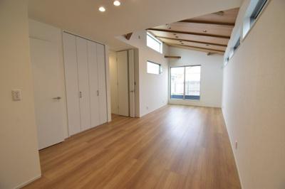 全方位から光が降りそそぐ開放的リビング。センス溢れた室内は清潔感と開放感に溢れ、快適で心地の良い空間