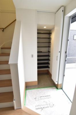 大容量の玄関土間シューズインクロークが整理整頓のお手伝い。玄関周りを常にキレイに保てます。