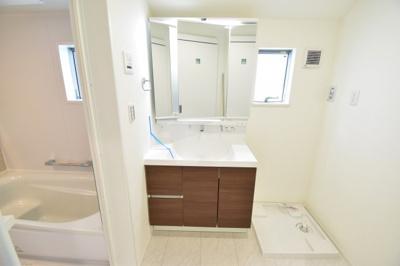 陽光差し込む明るい清潔感ある洗面エリア。大人二人が立てるスペースを確保、ドラム式洗濯機も置けます。