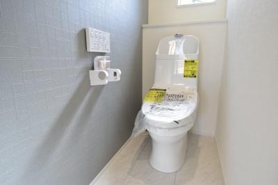 白を基調とした清潔感のあるトイレ、毎日使う場所だからシンプルに。