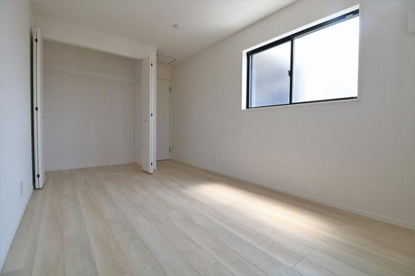 【寝室】 2階7.2帖洋室。主寝室にいかがでしょうか♪