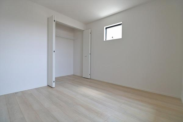 【洋室】 2階バルコニーに面した明るい6.1帖洋室です♪