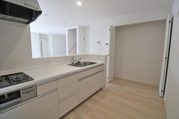 【キッチン】 キッチン横にたっぷり収納できるクローゼット付きございます♪