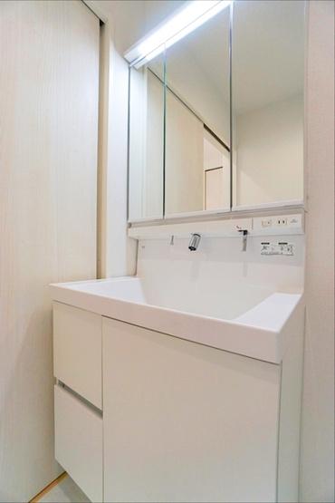 同仕様の三面鏡付き洗面化粧台です。 収納もしっかりとあります!
