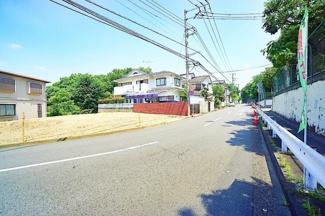 車通りも少ない為、小さなお子様にも安心です。 前面道路は交通量も少なく駐車も落ち着いて出来ます。