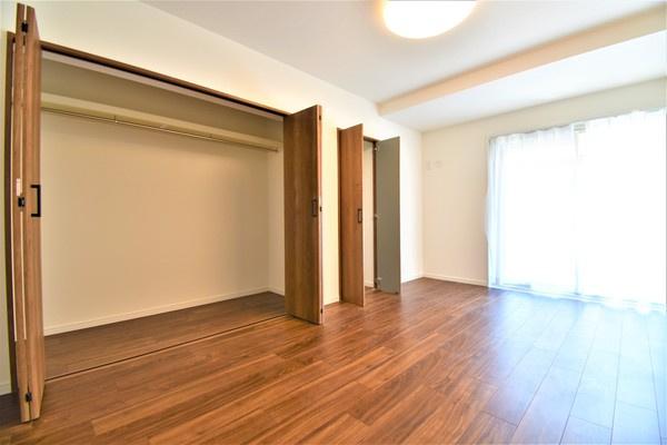 明るく収納豊富な洋室!!クローゼットもあるので収納にも困りません! 荷物が多いい方には安心♪