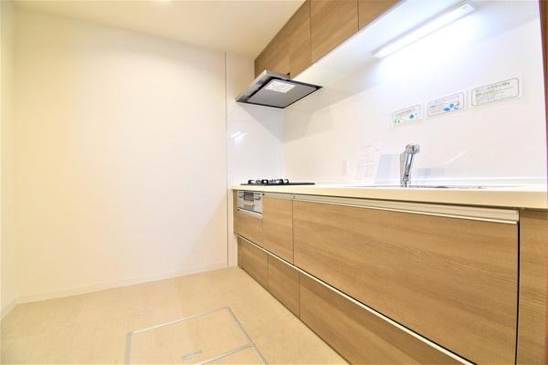 広々キッチンスペース! キッチンは新規交換で奥には収納可能なパントリーがあります!