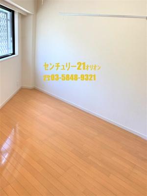 白い壁、木目調の床が毎日を素敵に演出