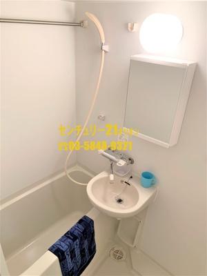 浴室乾燥機付きの清潔感溢れるバスルーム