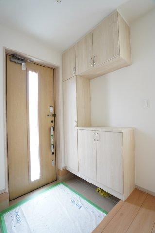 【同仕様施工例】お近くの完成物件をご案内いたします♪住ムパルまでお電話下さい!清潔感のある玄関です。
