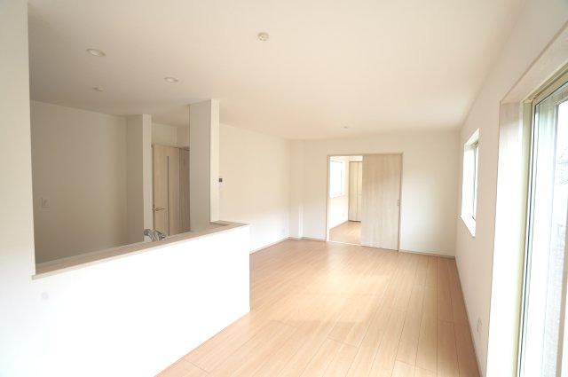【同仕様施工例】リビング隣の洋室で広々使えゆったりと過ごせます。