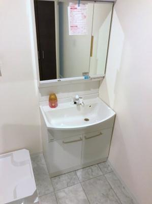 三面鏡、シャワーヘッド付の洗面台です♪