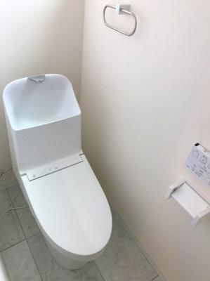 とても清潔感のあるトイレです♪写真では写ってませんが上部に大きな窓があり、開放的な空間になっています♪