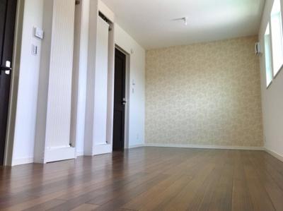 約9帖の洋室です♪2ドアワンルームになっているので、将来的には部屋を仕切って2部屋にすることが可能です♪COOL暖もしっかり2台設置済みです♪