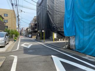 東南側前面道路は私道です。舗装されているので、車の出し入れも安心です。