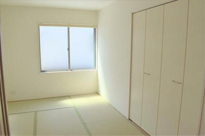 リビングに面して設けられた洋風和室。幅広い用途に便利にお使いいただけます ※参考:同社施工他現場写真