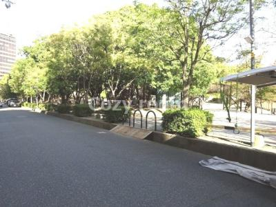 マンション前は、大きな江坂公園です。