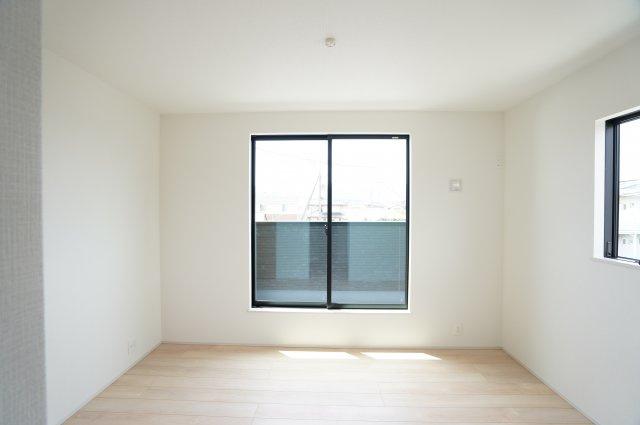 【同仕様施工例】バルコニーがあり大きな掃出し窓で明るいお部屋です。