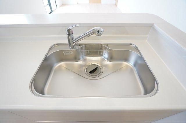 【同仕様施工例】広いシンクで洗い物が楽になるキッチンです。