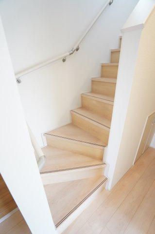 【同仕様施工例】手すり付階段です。お子様も安心して階段の上り下りできますね。