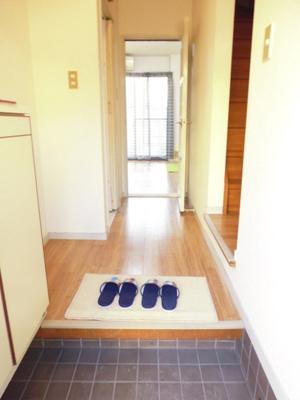 玄関から室内への景観です!左手にトイレ、右手に浴室があります★※参考写真※