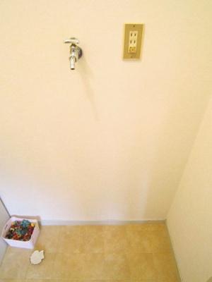 洗面所にある室内洗濯機置き場です♪室内に置けるので洗濯機が傷みにくい☆※参考写真※