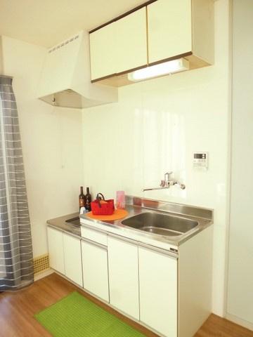 ガスコンロ設置可能のキッチンです☆場所を取るお鍋やお皿もすっきり収納できます♪換気のできる窓付きでお料理の匂いもこもりません!※参考写真※