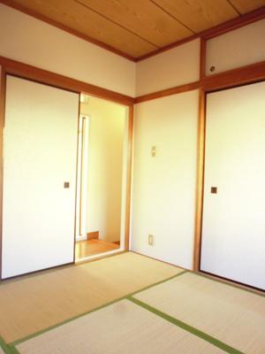 押入れのある和室4.5帖のお部屋です!寝具をすっきり収納できるので和室は寝室にもオススメ☆※参考写真※