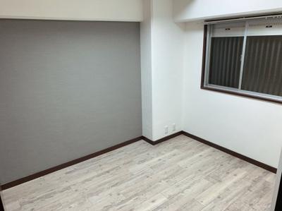 洋室②4.5帖グレーのクロスがクールながら、男女関係なく使えるカラーです。