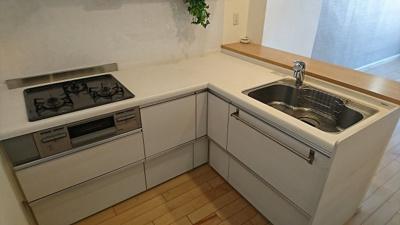 L型の対面キッチン。3口ガスコンログリル付き。