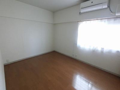 7.5帖の洋室です。 ゆったりとしたお部屋にはベッドも2つは置けますので、主寝室として使いやすいですね。
