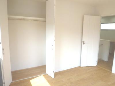 南側6.5帖洋室です 日差しも収納もたっぷりのお部屋です!