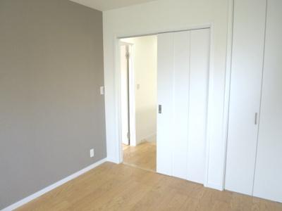 南側5.3帖の洋室です こちらも収納スペースあります