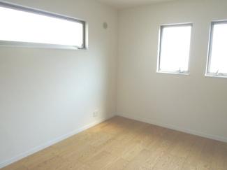 南側5.3帖の洋室です