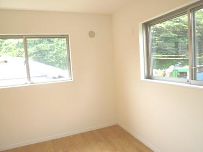 北側5.5帖のお部屋です 2面採光で、明るいお部屋です