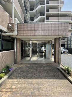敷地に入り駐車スペースを過ぎると 一番奥突き当りに入口ございます。