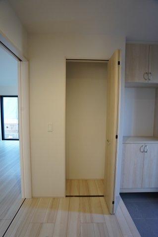 【同仕様施工例】1階ホール収納スペース