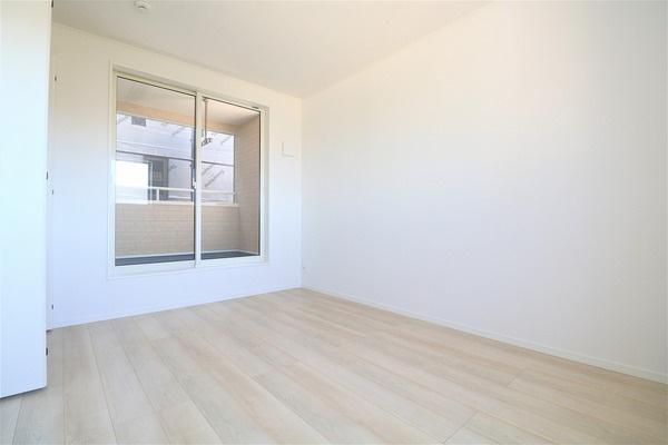 【洋室】 2階6帖のバルコニーに面した洋室です♪