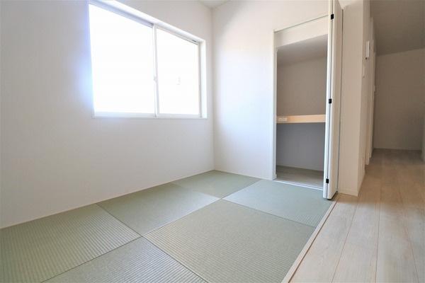 【タタミコーナー】 1階3畳のタタミコーナー。たくさん入る収納スペース♪