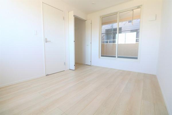 【洋室】 2階バルコニーに面した6帖洋室です。大きなクローゼット付き♪